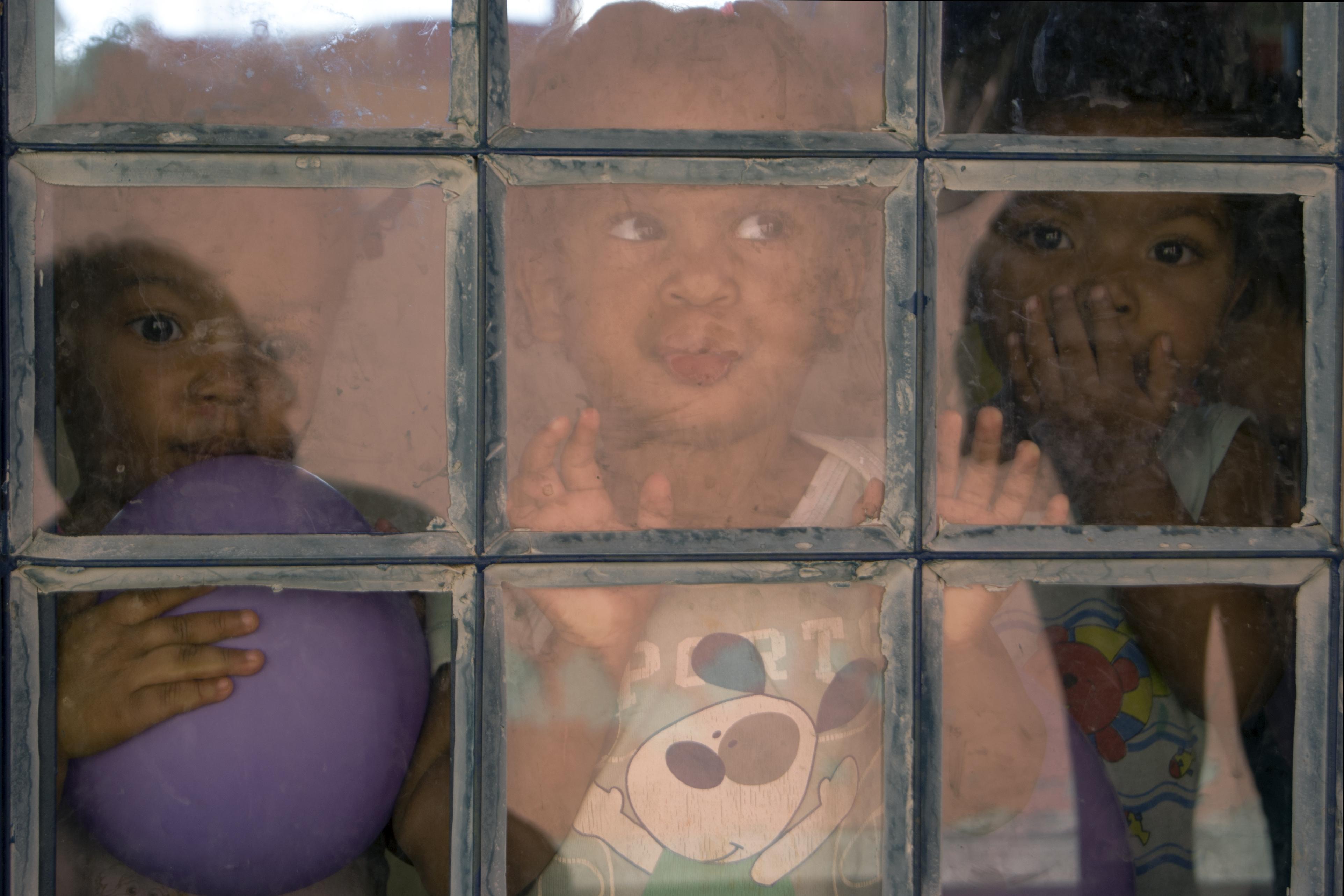 Uma Escola A Descoberto: Um País à Deriva