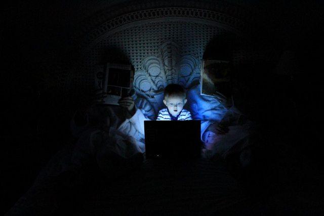Criança com um computador na cama – Ludovic Toinel_Unsplash