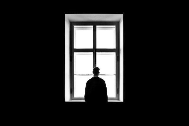 Pessoa Olhando através da Janela – Sasha Freemind_Unsplash