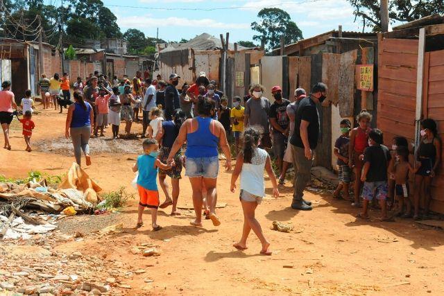 Ação solidária distribui alimentos para famílias na Chácara Santa Luzia – Paulo H. Carvalho_Agência Brasília