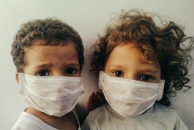 Crianças usando máscara cirurgica – Thgusstavo Santana _ Pexels