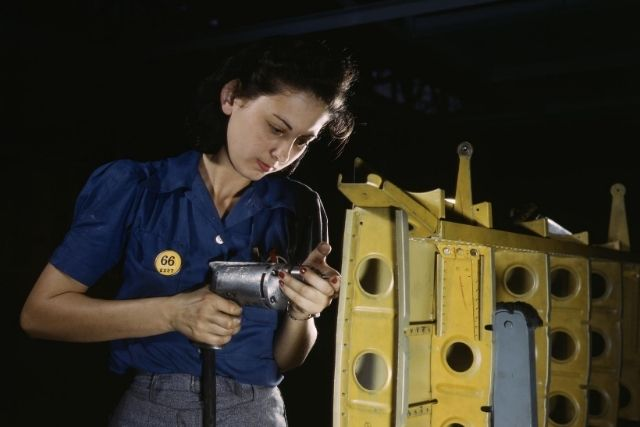 Mulher montando um motor – Alfred T. Palmer