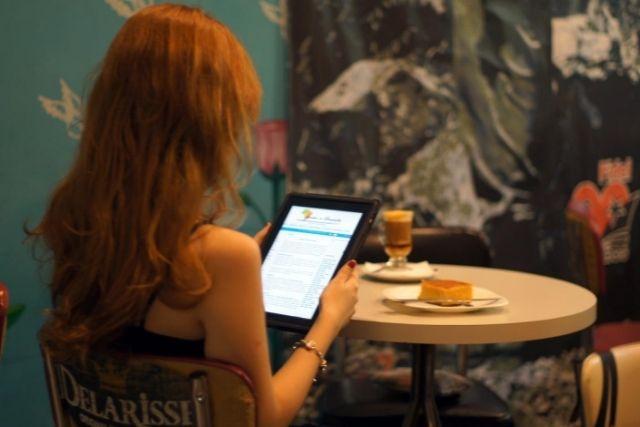 Pessoal Lendo o Jornal num tablet – Pedro Cabral