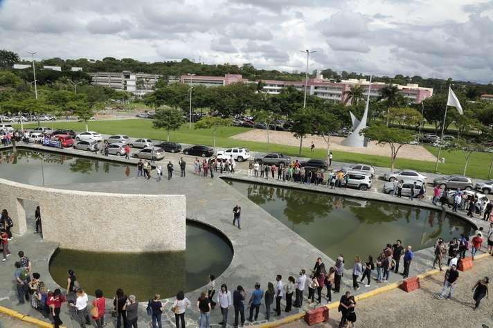 Manifestantes Frente à Reitoria Da UFMG