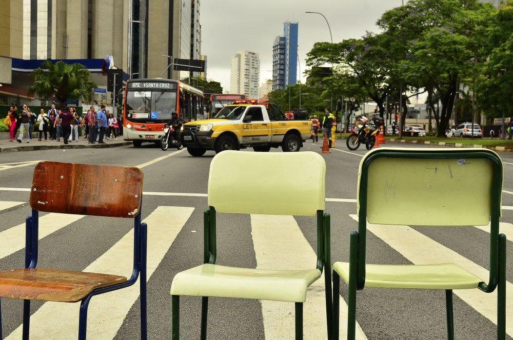 São Paulo - Estudantes Bloqueiam, Com Cadeiras E Cartazes, Um Dos Sentidos Da Avenida Brigadeiro Faria Lima, Em Protesto Contra A Reorganização Escolar No Estado De São Paulo (Rovena Rosa/Agência Brasil)