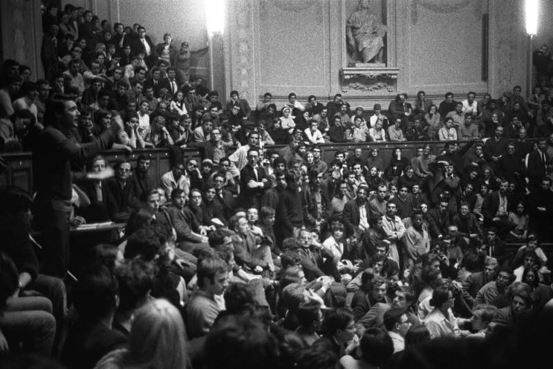 Estudantes Ocupam A Tradicional Universidade Sorbonne.