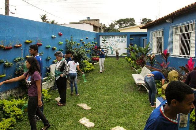 AML Alunos Plantam Horta Em Aula De Biologia E Matematica