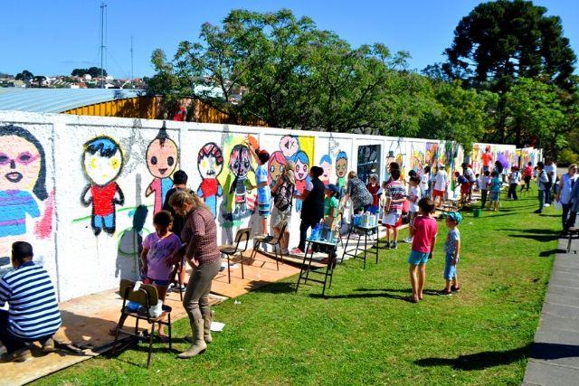 Crianças Pintando O Muro De Uma Escola Secretaria De Educação De Curitiba