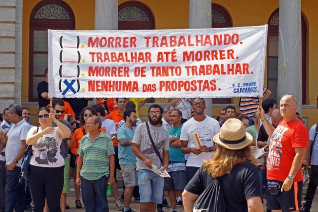 Professores Com Faixa Sobre Trabalhar Até Morrar – Pedro Cabral