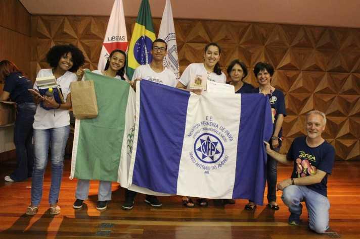 Estudantes De Santo Antônio Do Amparo: Sabão Sustentável Produzido Com água De Lavadoras De Roupa. Foto: Comunicação / Proex
