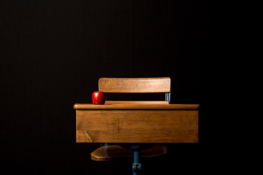 Carteira Escolar Em Fundo Escuro