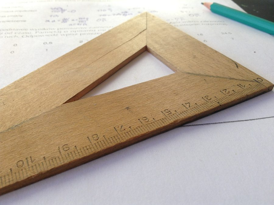 Esquadro Sobre Uma Folha De Dexercícios De Matemática.