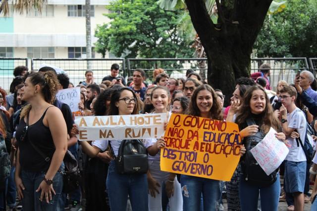 A Educação, A Rua E A Política