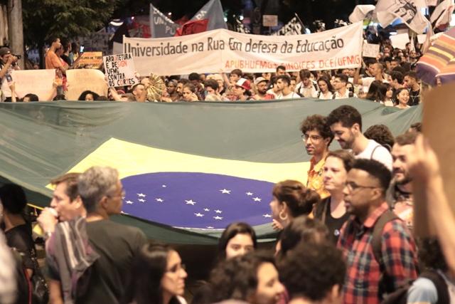 Alexandre Vaz – Defender A Razão, Ocupar A Polis – Thiago Rosado – Bandeira Do Brasil