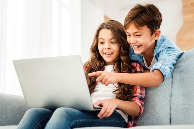 Crianças No Computador – Freepik