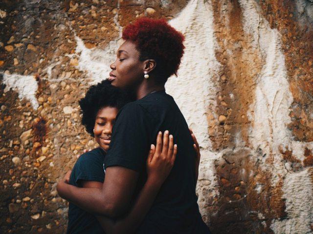 Mãe E Filha Abraço – Eye For Ebony Unsplash