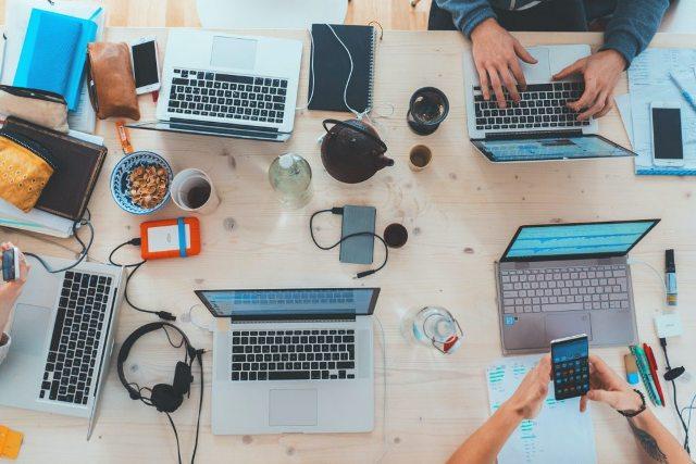 Computadores Sobre A Mesa – Marvin Meyer Unsplash