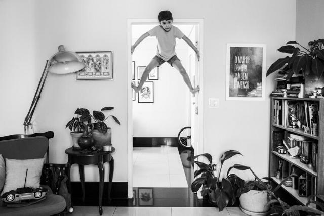 Criança Bricando No Portal De Uma Porta – Tanto Mar Fotografia, Por Laís Gouvêa