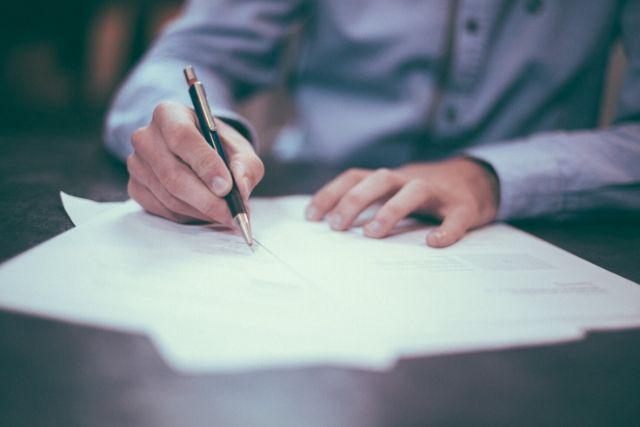 Homem Escrevendo Carta – Helloquence Unsplash
