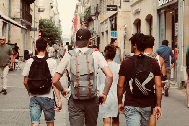 Jovens Caminhando Na Rua – Rich Smith Unsplash