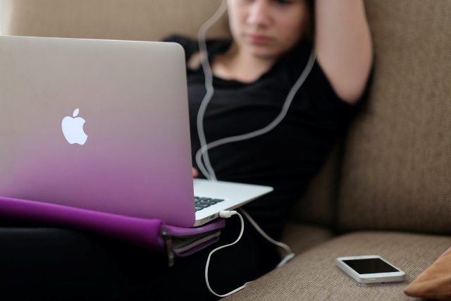 Pessoa Com Computador E Smartphone – Steinar Engeland Unsplash