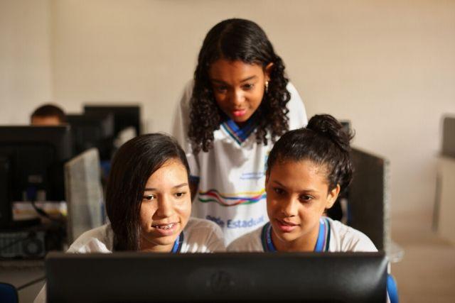 Meninas Uniformizadas Em Frente O Computador – Juliana Maria Melissa Antônia  E  Evelly  Souza – Wagner Ramos SEI