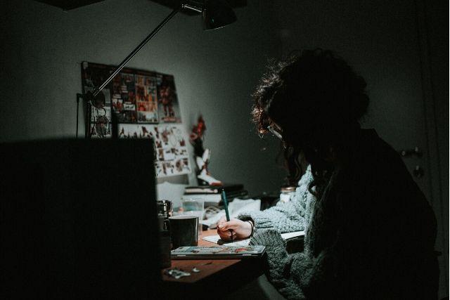 Mulher Trabalhando Ao Computador No Escuro – Daniel Chekalov   Unsplash