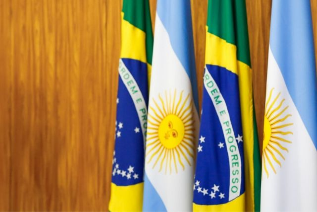 Bandeiras Do Brasil E Da Argentina – Carolina Antunes PR (editada)