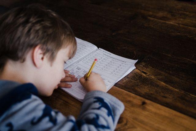 Criança Escrevendo Sobre A Mesa – Annie Spratt – Unsplash (1)