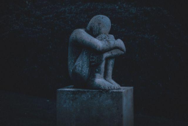 Estátua Encolhida – Depressão – K. Mitch Hodge   Unsplash
