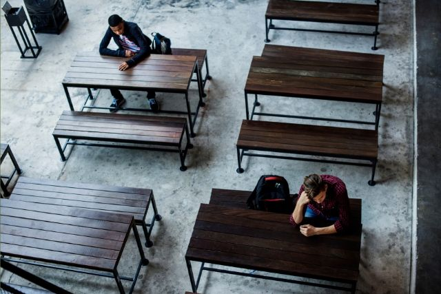 Estudantes Sentados Sozinhos – Rawpixel – Freepik
