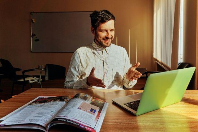 Homem Sorrindo Em Frent Ao Computador – AnastasiiaKamil   Unsplash