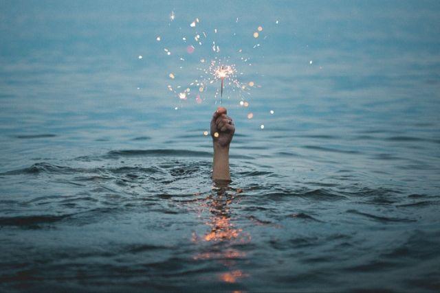 Mão Segurando Fogos De Artifício Dentro D'água – Kristopher Roller Unsplash