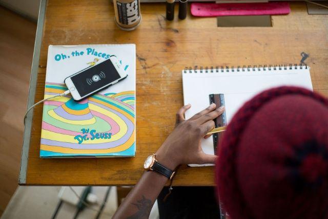 Pessoa Negra Desenhando Com O Celular Ao Lado – Tamarcus Brown – Unsplash