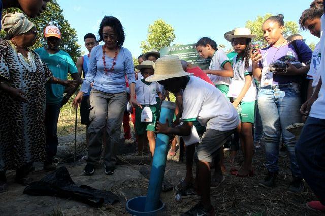 Crianças, Professoras E Comunidade Plantam Cápsula Do Tempo No Quilombo Pitanga Dos Palmares. Paula Froes GOVBA