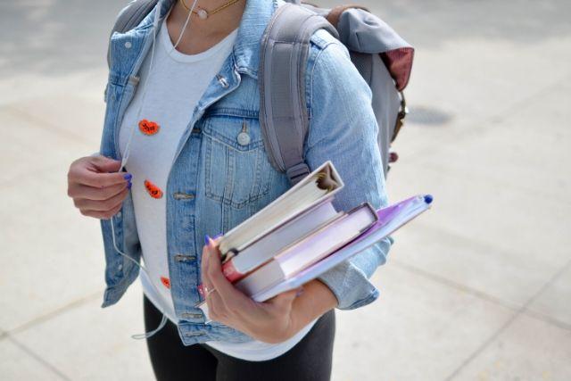Estudante Com Livros Na Mão – Element5 Digital   Unsplash