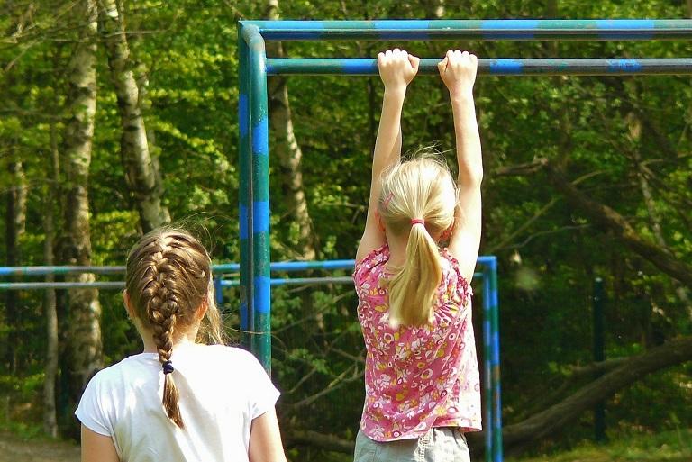Duas Meninas Brancas Brincando Destaque Educação Física N 5
