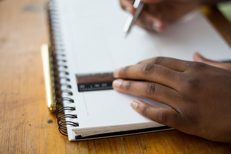 Mãos Negras Sobre Caderno Destaque Empoderar O Conhecimento N 5