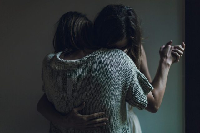 Mulheres Se Abraçando Matthew Henry Unsplash 1